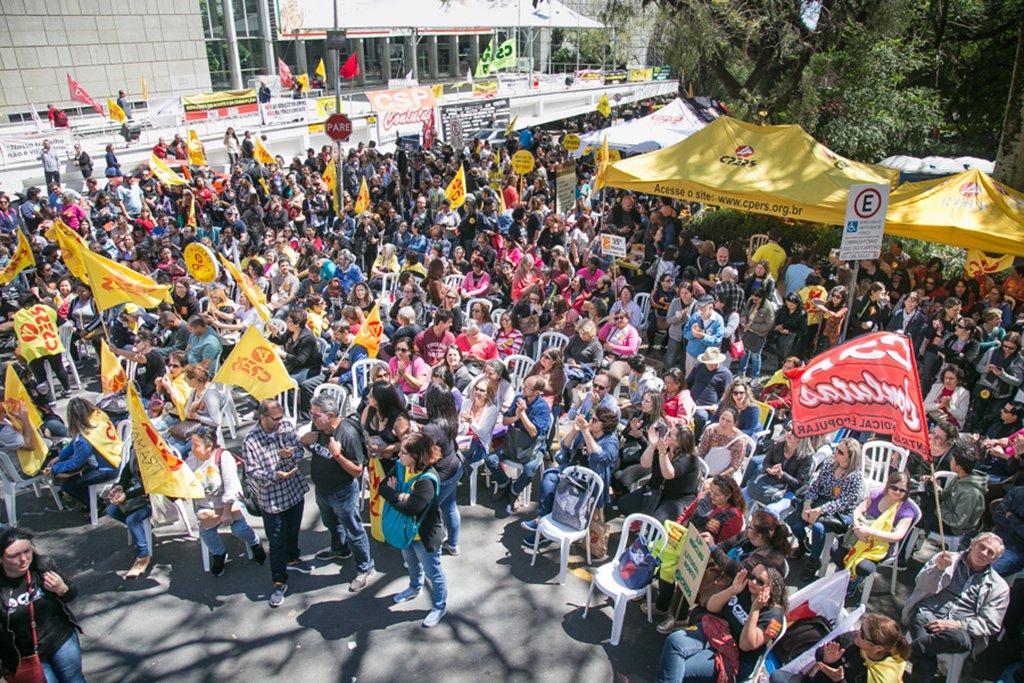 03/10/2017 - PORTO ALEGRE, RS - Assembleia Popular dos Professores Estaduais, CPERS, em frente ao Palácio Piratini, contra o parcelamento de salário de Sartori. Foto: Guilherme Santos/Sul21