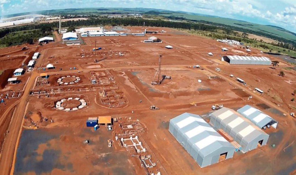 Com 34,6% das obras concluídas, a fábrica de amônia (Unidade de Fertilizantes Nitrogenados – UFN-V) que seria construída em Uberaba, no Triângulo Mineiro, não deve ser concluída; após investir R$ 649 milhões, a Petrobras, dona das obras, desistiu do empreendimento e colocou à venda maquinários e peças que seriam usadas na produção da amônia, principal insumo de fertilizante; a fábricatiraria do Brasil a dependência de importar fertilizantes