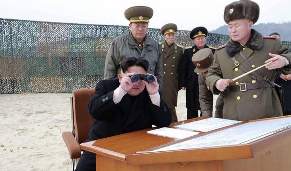 Coreia do Norte violou o acordo de armistício quando um de seus soldados cruzou a Linha de Demarcação Militar, a fronteira entre as duas Coreias, em perseguição a um soldado que desertou para a Coreia do Sul no dia 13 de novembro, afirmou o Comando da ONU em Seul; Comando divulgou imagens do incidente nas quais um soldado norte-coreano é visto cruzando a linha de demarcação por alguns segundos, enquanto outros atiravam contra o desertor, à medida que ele corria para o lado sul-coreano da fronteira