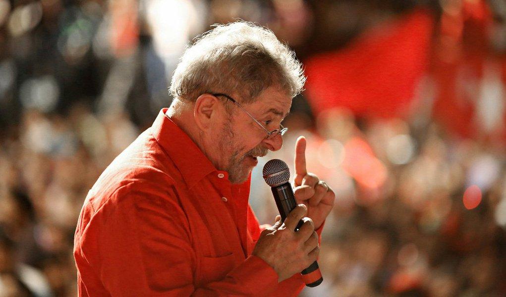 """Ex-presidente Luiz Inácio Lula da Silva voltou a cobrar que os responsáveis pela Operação Lava Jato peçam desculpas pelas """"mentiras"""" feitas contra ele; """"Quem está pior que eu é o pessoal da Lava Jato, que contou mentiras ao meu respeito. A Polícia Federal da Lava Jato mentiu, o Ministério Público mentiu e o juiz aceitou as mentiras e está me julgando e me condenando por coisas que eu não fiz. Eles é que estão com problemas de explicar para a opinião pública que eu não cometi o crime que eles gostariam que eu tivesse cometido. Eu já provei minha inocência. Agora cabe a eles ter coragem e me pedir desculpas, desculpas à sociedade brasileira com o que estão fazendo neste país"""", disse"""