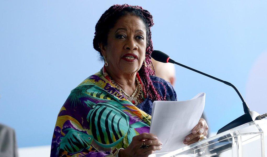 """Uma das primeiras juízas negras do Brasil e neta de uma mulher que foi escravizada, a ministra dos Direitos Humanos do governo Temer, Luislinda Valois, reagiu à portaria do Ministério do Trabalho que, a pedido da bancada ruralista, flexibilizou a fiscalização do trabalho escravo no Brasil; para ela, a mudança de regras""""fere, mata, degola e destrói a lei da abolição da escravatura""""; ela, porém, não criticou o responsável direto pela proposta, Michel Temer: """"o presidente tem a palavra"""", disse; """"Não tenho dúvidas de que ele saberá decidir"""""""