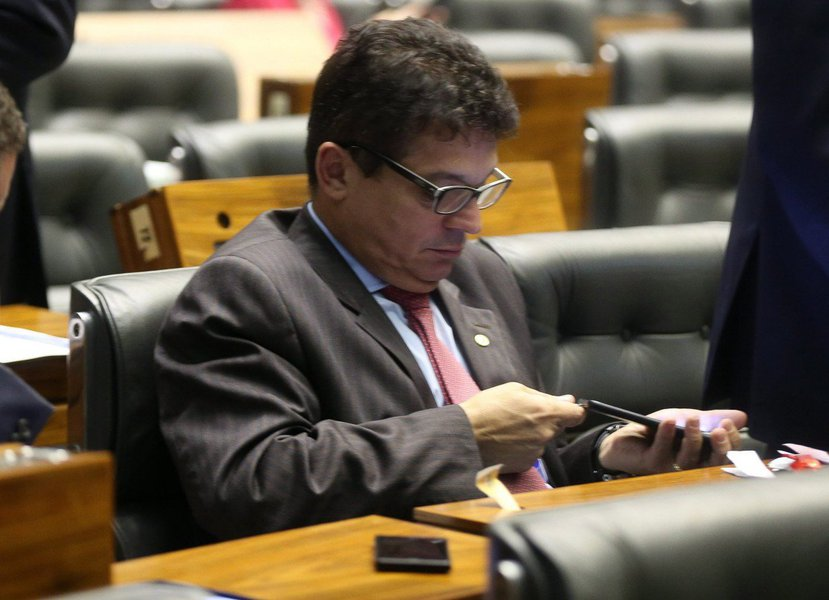 """Após uma discussão sobre a performance envolvendo um homem nu no Museu de Arte Moderna, em São Paulo, deputados quase se agrediram no plenário na Câmara nesta terça-feira (3); a confusão começou após o deputado João Rodrigues (PSD-SC) fazer um discurso inflamado contra a performance, afirmando que quem defendia aquele ato era """"tarado"""" e merecia levar """"porrada""""; sem citar o parlamentar catarinense, Edmilson Rodrigues (PSOL-PA) afirmou que falta de moral era o fato de alguns deputados verem filme pornográfico dentro do plenário: o catarinense foi flagrado assistindo a um vídeo com conteúdo explícito em 2015 durante uma sessão de plenário"""