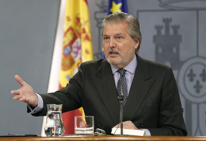 """O governo espanhol disse neste sábado que seria bem-vinda a participação do presidente deposto catalão, Carles Puigdemont, nas eleições regionais que serão realizadas em dezembro; o porta-voz do governo, Íñigo Méndez de Vigo, disse à Reuters TV, que, se Puigdemont quiser continuar na política, """"o que é seu direito, ele deveria se preparar para as próximas eleições""""; """"Tenho certeza que, se Puigdemont participar dessas eleições, ele pode exercer essa oposição democrática"""", disse Méndez"""