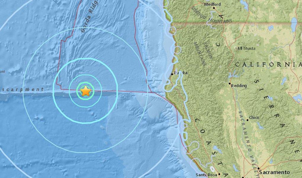 Um terremoto de magnitude 5,7 atingiu o norte da Califórnia no Oceano Pacífico, nesta sexta-feira, disse o Serviço Geológico dos Estados Unidos (USGS), sem relatos de danos ou feridos; terremoto foi rapidamente seguido por um segundo tremor de magnitude 5,6, mais perto da costa, de acordo com o USGS. O primeiro sismo foi inicialmente reportado como de magnitude 5,8