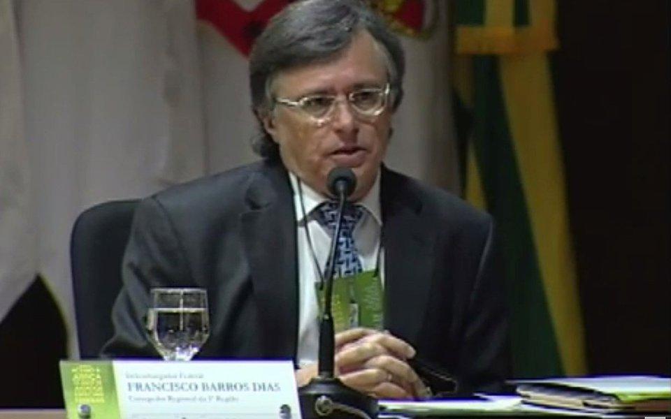 Investigadores apontaram que o desembargador aposentado Francisco Barros Dias, que atuava numa turma do Tribunal Regional Federal da 5ª Região, recebeu dinheiro em troca de decisões,por meio de um advogado; ele foi preso pela Polícia Federal
