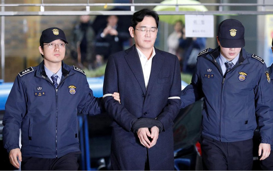 O bilionário chefe do sul-coreano Grupo Samsung, Jay Y. Lee, foi condenado nesta sexta-feira a cinco anos de prisão por pagamento de propina, em um divisor de águas para a ordem econômica do país, dominada há décadas por poderosos conglomerados familiares; após um julgamento de seis meses sobre um escândalo que derrubou a então presidente da Coreia do Sul, Park Geun-hye, um tribunal decidiu que Lee havia pago subornos em troca de favores de Park