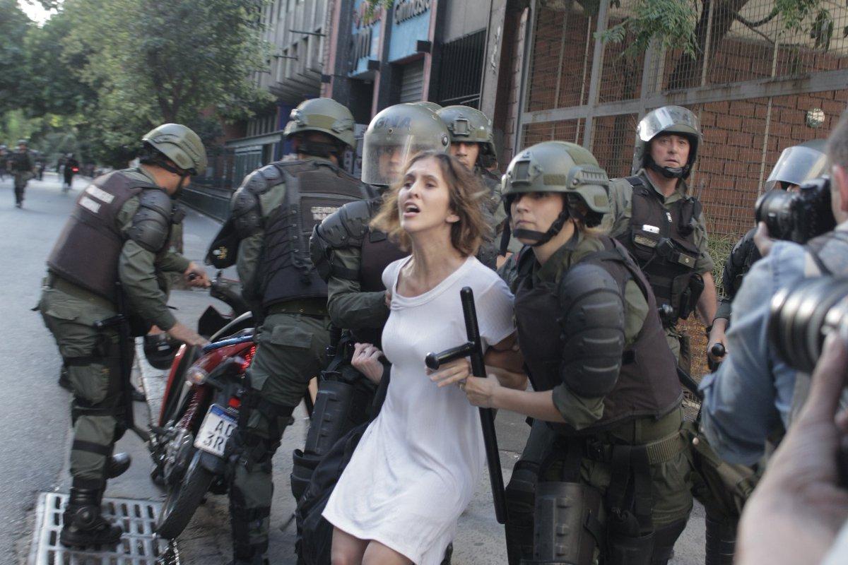 Damiana Negrim Barcello presa por policiais argentinos durante protesto naquele país