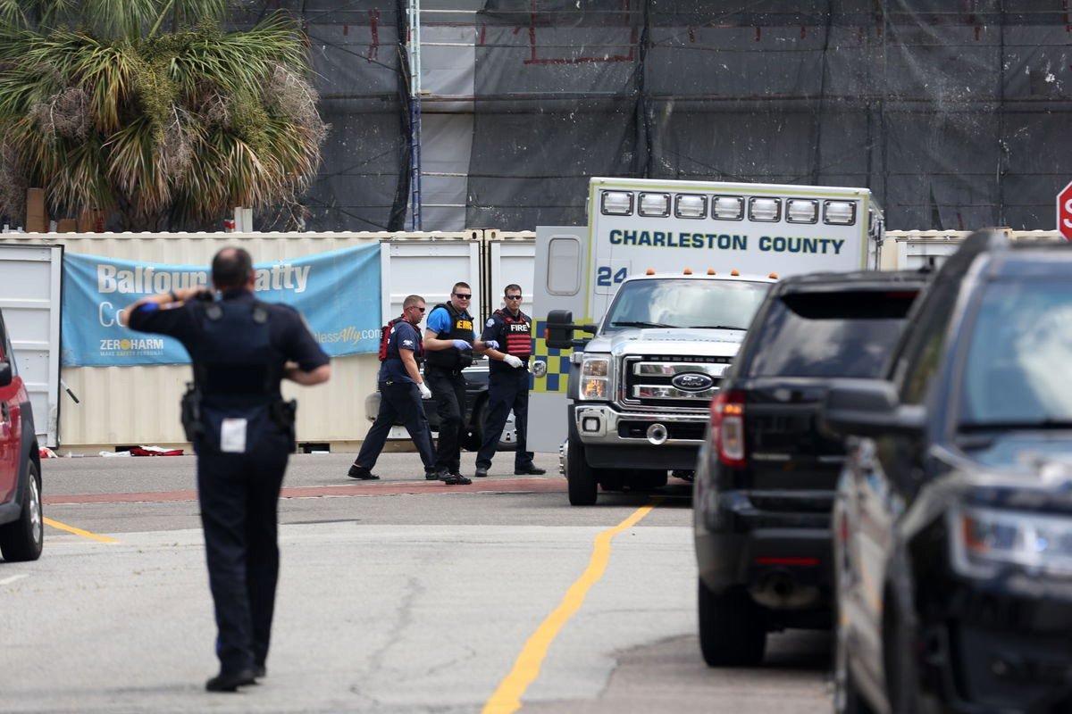Autoridades de Charleston, no estado norte-americano da Carolina do Sul, informaram a presença de um homem armado provocando pânico pelas ruas da cidade; até o momento, não há relatos de vítimas, mas testemunhas relataram que o suspeito teria entrado em um restaurante afirmando ser o novo rei de Charleston; há suspeitas de que haja pelo menos um refém no local; polícia e o esquadrão antibombas estão no local