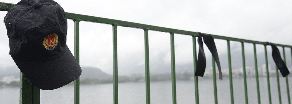Mais um policial militar foi morto ao reagir a uma tentativa de assalto a uma loja comercial no centro de Belford Roxo, na Baixada Fluminense; o sargento Lúcio Ferreira de Santana, completa o número de 101 policiais mortos no Rio desde o início do ano. Na troca de tiros, morreram um dos assaltantes e um comerciário; dois funcionários da loja também ficaram feridos por bala perdida. Um foi levado para a UPA do Jardim Bom Pastor, em Belford Roxo, e o outro para o Hospital Geral da Posse, em Nova Iguaçu, também na Baixada Fluminense