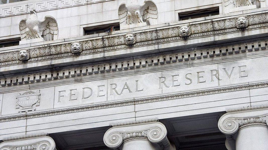 """O Federal Reserve, banco central dos Estados Unidos, manteve a taxas de juros nesta quarta-feira, mas sinalizou que ainda espera mais um aumento até o fim do ano apesar das recentes leituras fracas de inflação; novas projeções econômicas divulgadas após a reunião de dois dias do Fed mostraram que 11 dos 16 membros veem que o nível """"apropriado"""" para a taxa de juros está em uma faixa entre 1,25 por cento e 1,5 por cento até o fim de 2017; isto é 0,25 ponto percentual acima do nível atual"""