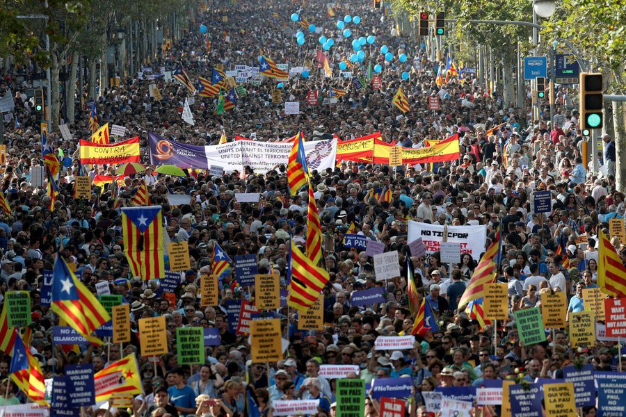 Mais de 500 mil pessoas, entre elas as principais autoridades da Espanha, participam neste sábado de uma manifestação que percorre as principais ruas de Barcelona para protestar contra o terrorismo e homenagear às vítimas dos atentados que deixaram 15 mortos na região da Catalunha; o rei da Espanha, Felipe VI, está presente no ato, acompanhado do presidente do governo da Espanha, Mariano Rajoy, do presidente da região da Catalunha, Carles Puigdemont, e da prefeita de Barcelona, Ada Colau