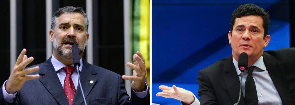 """O deputado Paulo Pimenta (PT-SP) mostrou a gravidade da ameaça de morte ao ex-presidente Lula ao fazer uma comparação: """"O que teria acontecido comigo se eu tivesse, de forma leviana e irresponsável, publicado um artigo intitulado 'Moro deve Morrer'""""?, indagou"""
