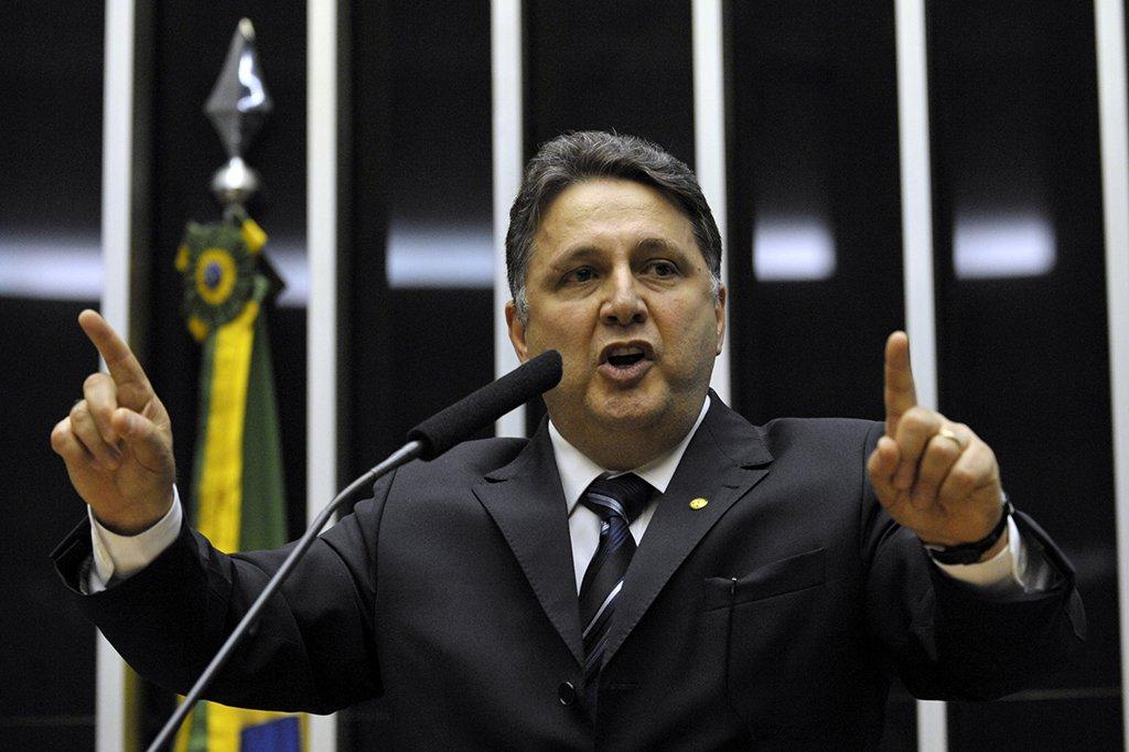 """O ex-governador do Rio de Janeiro Anthony Garotinho (PR) disse concordar com o ex-presidente Luiz Inácio Lula da Silva, após o petista afirmar que derrubaram Dilma Rousseff para a economia melhorar, mas o efeito foi o contrário; """"Sou obrigado a concordar com Lula. Dilma sofreu impeachment por causa das 'pedaladas fiscais', que, diga-se de passagem, foram cometidas por outros presidentes, entre eles, Lula e FHC"""", disse o republicano, que aproveitou para criticar o governo de Michel Temer; """"Muita gente acreditou na lorota da 'ponte para o futuro' de Temer e do PMDB que virou uma 'pinguela quebrada'"""""""