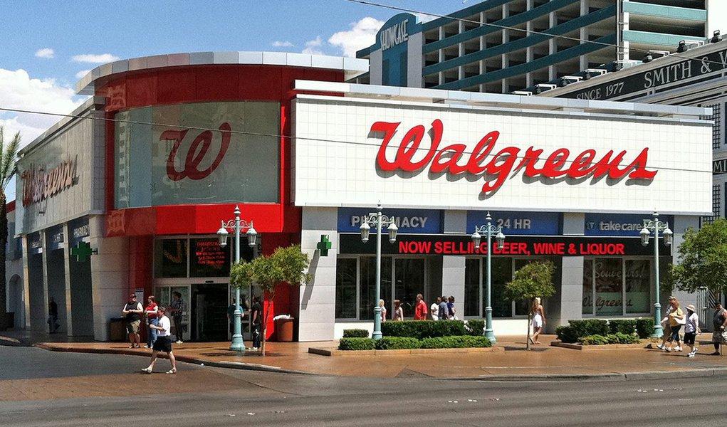 O co-CEO da Walgreens – uma das principais redes de farmácias dos EUA -, Alex Gourlay, confirmou que mesmo com crescimento fechará lojas em diversas regiões do País; a maioria das lojas a serem fechadas é da bandeia Rite Aid, principalmente aquelas que se localizampróximas de uma Walgreens (or Duane Reade); a lista com quais lojas serão fechadas ainda será revelado pela companhia; a Walgreens vem superando as expectativas de Wall Street aofechar o seu ano fiscal com um crescimentode 3,1% em suas vendas totais – mais do que o esperado; no StartSe