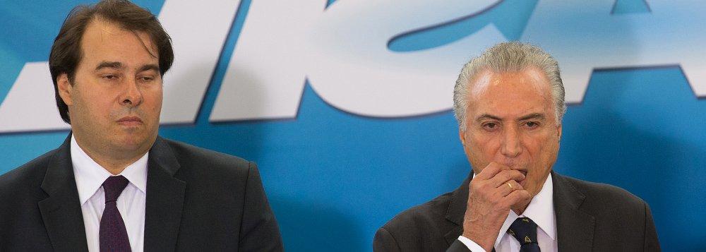 Presidente da Câmara dos Deputados, Rodrigo Maia (DEM-RJ), disse que Michel Temer acaba se colocando à frente da democracia representativa com o excesso de medidas provisórias editadas pelo Executivo; Maia, que vem criticando repetidamente o que considera ser um uso exagerado de medidas provisórias, disse que na hora das decisões difíceis, Temer tem optado pelo caminho mais fácil das MPs