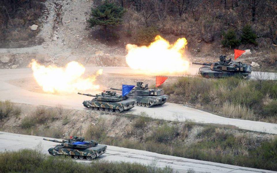 O presidente dos Estados Unidos, Donald Trump, e o presidente sul-coreano, Moon Jae-in, concordaram, em conversas telefônicas nesta segunda-feira, em fortalecer as capacidades militares conjuntas à luz da crescente crise nuclear na Península da Coreia, afirmou a Casa Branca em comunicado