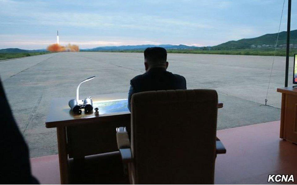 As ameaças de retaliação parecem não terem surtido efeito com o ditador norte-coreano; Kim Jong-un, ordenou nesta quarta-feira a realização de novos lançamentos de mísseis balísticos sobre alvos no Oceano Pacífico; na terça, Pyongyang disparou o míssil balístico de médio alcance Hwasong-12, que voou sobre uma ilha do norte de Japão, Hokkaido, antes de cair no Oceano Pacífico, a 1.180 quilômetros a leste