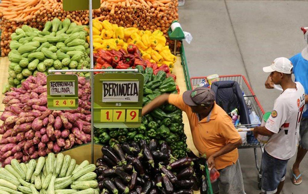 Consumidor em mercado em São Paulo. 11/01/2017 REUTERS/Paulo Whitaker