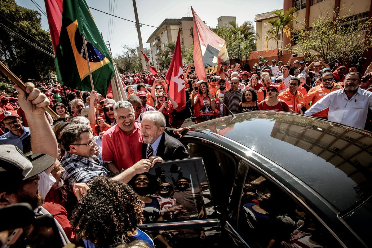 """O interrogatório do ex-presidente Luiz Inácio Lula da Silva ao juiz Sérgio Moro terminou nesta tarde, por volta de 16h20, depois de 2 horas e 10 minutos, na sede da Justiça Federal, em Curitiba; a acusação é sobre um suposto pagamento de propina por parte da construtora Odebrecht; na chegada à sede da Justiça Federal, Lula foi recebido aos gritos de """"Lula guerreiro do povo brasileiro"""", o ex-presidente cumprimentou apoiadores, ao lado de líderes petistas como a senadora Gleisi Hoffmann, presidente nacional do PT; por volta das 18h está previsto um ato político com a presença de Lula na Praça Generoso Marques, no centro da capital paranaense"""