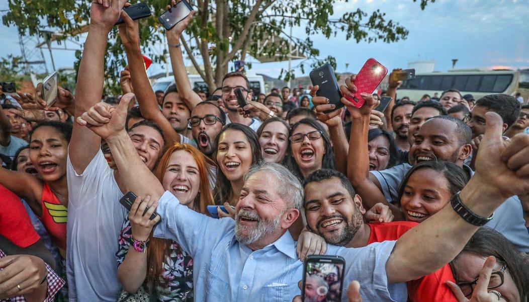 """Assim como no Nordeste, a caravana de Lula mostra força em Minas Gerais; nos últimos dias, o ex-presidente recebeu manifestações de apoio e carinho em várias cidades – o que torna cada vez mais arriscada a aposta da direita de bani-lo da disputa política, no mesmo momento em que o Congresso se prepara para salvar Michel Temer e propõe o arquivamento do caso Aécio Neves; """"Quero dizer em alto e bom som: eles se preparem, porque eu estou preparado para ser presidente deste país. Esse país merece um governo que não tenha complexo de vira-latas, que saiba governar"""", disse Lula nesta noite em ato na cidade de Teófilo Otoni; o líder petista aproveitou para criticar o senador Aécio Neves estado. """"Eu não tenho problema de perder. Mas o Aécio perdeu e colocou o país onde colocou"""""""