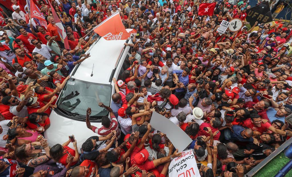 """Tal qual o profeta Moisés, o ex-presidente Lula foi flagrado atravessando o Mar Vermelho. A narrativa vem das redes sociais: """"Um homem atravessando Mar Vermelho para libertar seu povo da escravidão!"""""""