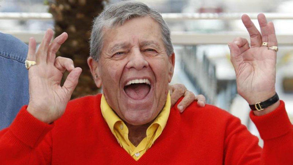 """Com mais de 50 filmes na carreira, Jerry Lewis, o """"rei da comédia"""", como era chamado, morreu aos 91 anos de acordo com informações divulgadas pelo Washington Post; não há detalhes sobre o motivo do falecimento; em junho deste ano, Lewisfoi hospitalizado para tratamento de uma infecção do trato urinário"""