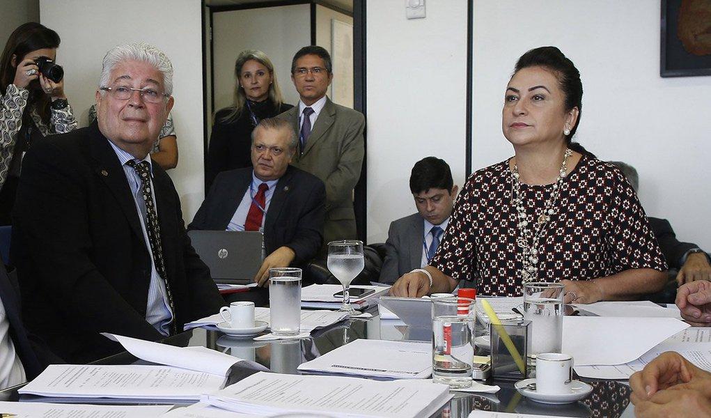 """O senador Roberto Requião (PMDB-PR) afirmou que não há amparo legal para expulsar nem suspender ele e a senadora Kátia Abreu (PMDB-PR) do partido; quanto à questão de Kátia, segundo explicou Requião, há apenas uma """"recomendação"""" de suspensão da parlamentar das atividades no PMDB; """"Mas isso ainda precisa passar pelo crivo da executiva nacional do partido"""", disse, para então emendar: """"dificilmente passaria essa excrescência"""""""