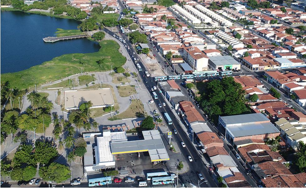 As obras de alargamento da Avenida Jornalista Tomaz Coelho, em Messejana, têm início nesta segunda (9). O trecho que receberá a duplicação corresponde a 600 metros de extensão, entre as ruas Clara de Assis e João Ivo. Com investimento de R$ 1,3 milhão, a intervenção deverá ser concluída no primeiro semestre de 2018