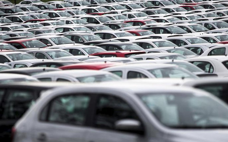 Produção de veículos no Brasil caiu 9,2% em setembro ante agosto, mas avançou 39,1% sobre o mesmo mês do ano passado, para 236,9 mil carros, comerciais leves, caminhões e ônibus, segundo dados da Anfavea; apesar da produção em setembro ter interrompido dois meses de alta na comparação mês a mês, o setor ainda acumula crescimento de 27% no acumulado do ano até setembro, a 1,987 milhão de unidades