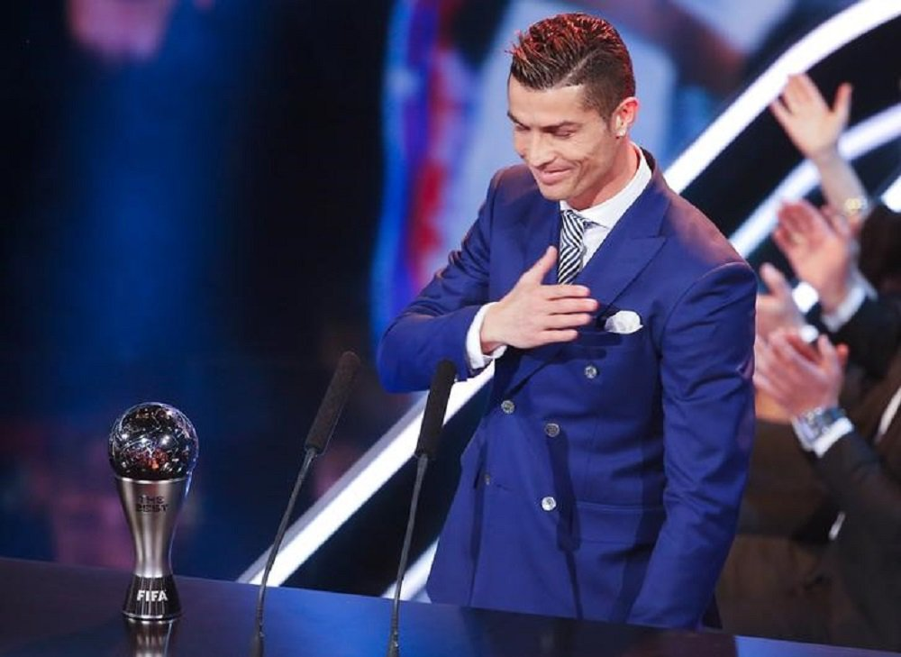 O jogador do Real Madri e da seleção de Portugal Cristiano Ronaldo recebe o prêmio de melhor do mundo em 2016 pela Fifa. 09/01/17. REUTERS/Ruben Sprich
