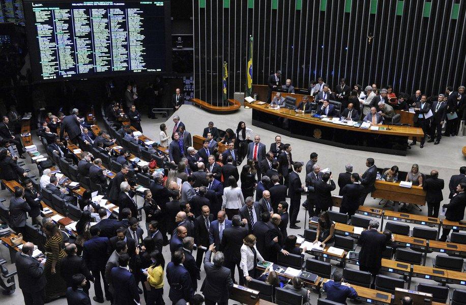 Durante a noite desta quarta-feira (04), a Câmara aprovou a criação do fundo eleitoral, no valor de cerca de R$1,7 bilhão para as campanhas eleitorais de 2018; da bancada de nove parlamentares, disseram sim para a criação do fundo de Arthur Lira (PP), Nivaldo Albuquerque (PRP), Paulão (PT) e Ronaldo Lessa (PFT); os que votaram contra o Fundo foram Cícero Almeida (Podemos), Givaldo Carimbão (PHS), Pedro Vilela (PSDB) e Rosinha da Adefal (Avante)