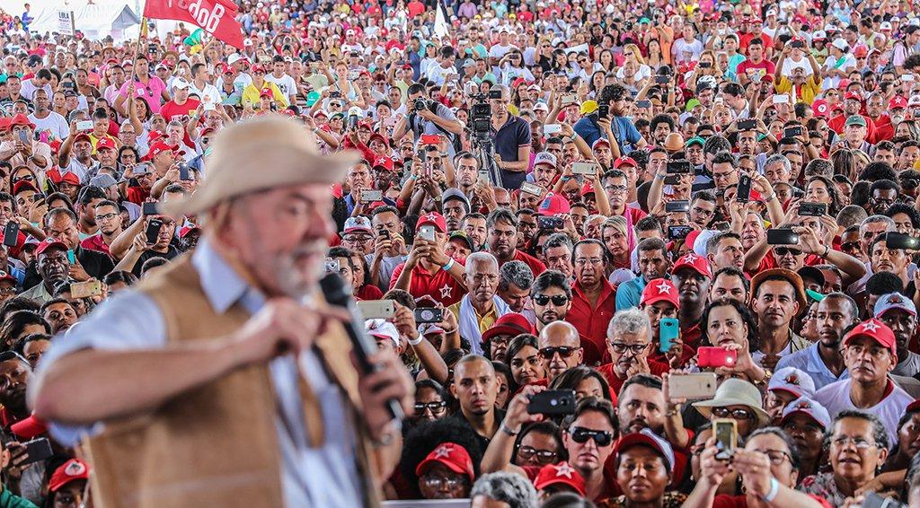 """O ex-presidente Lula disse que os grandes empresários são """"mal-agradecidos"""" porque """"pegam financiamento e depois falam mal da gente""""; em discurso para trabalhadores rurais em Feira de Santana (BA); o petista afirmou que o pobre """"agradece o financiamento e vai comprar comida"""", enquanto """"o rico abre conta e vai investir no exterior""""; Lula também atacou o governo de Michel Temer (PMDB), que estaria querendo acabar com a aposentadoria do trabalhador rural; """"Eles não entendem que aposentadoria não é investimento, é o pagamento de uma dívida"""""""