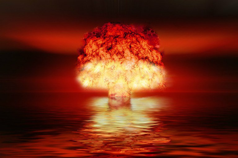 É muito conveniente para os neoconservadores norte-americanos desarmar os outros países enquanto entopem de bombas nucleares e de hidrogênio seus arsenais estratégicos, que a qualquer momento podem ser usados contra países não nuclearizados
