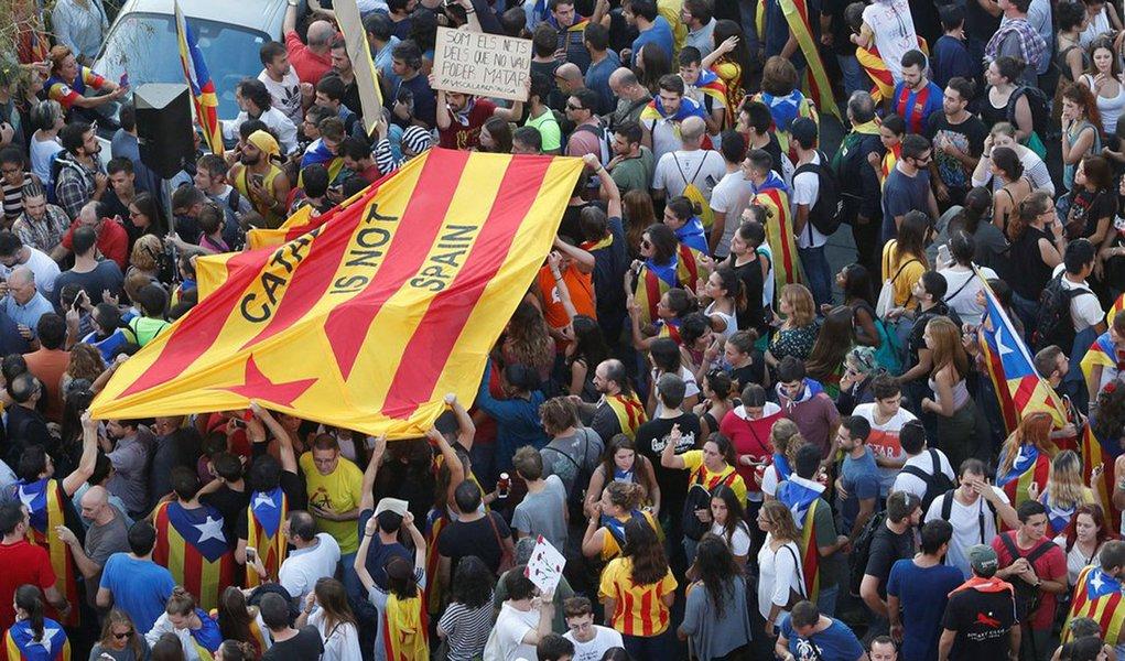 """Primeiro-ministro da Espanha, Mariano Rajoy, reunirá seu conselho de ministros em sessão extraordinária no sábado para iniciar os trâmites que levarão a uma intervenção prevista na Constituição espanhola sobre a autonomia da Catalunha; """"O governo da Espanha continuará com os trâmites previstos no artigo 155 da Constituição para restaurar a legalidade no autogoverno da Catalunha"""", disse o governo em comunicado"""