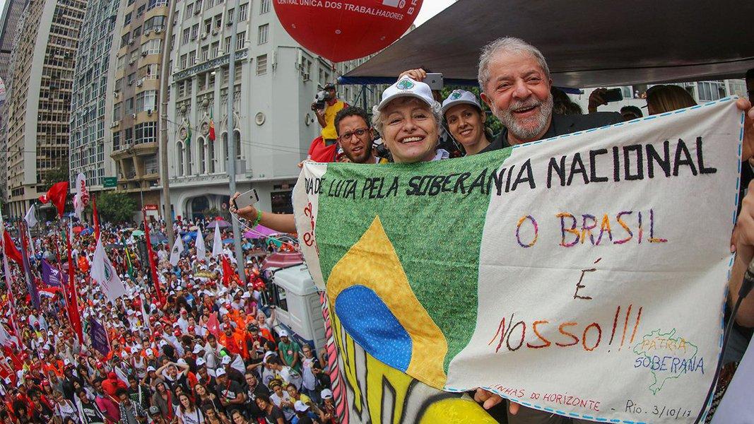 """Em discurso durante ato em defesa da soberania nacional no Rio de Janeiro nesta tarde, o ex-presidente fez uma referência indireta à tragédia com o reitor da UFSC, Luiz Carlos Cancellier, que se suicidou nesta segunda-feira 2; """"Quero dizer pra eles: eu não tenho pretensão de me matar. Eu já provei a minha inocência. Quero que eles provem uma culpa minha"""", disse; Lula voltou a falar da pesquisa Datafolha e a denunciar uma perseguição para que ele não seja candidato em 2018; o ex-presidente fez ataques ao governo Temer sobre a questão da soberania e assegurou que vai """"voltar para recuperar a auto-estima desse país""""; """"Defender soberania é defender dignidade e honra de uma nação"""", disse; para Lula, """"essa gente está vendendo tudo porque eles não tem competência"""""""