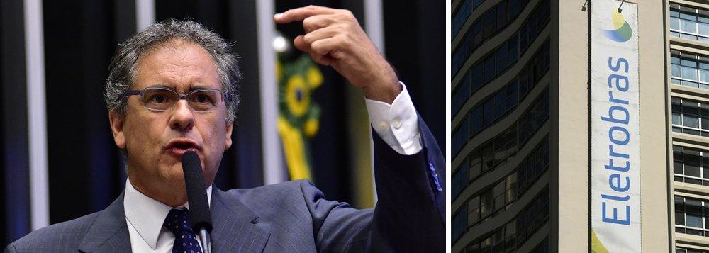 """Em nota assinada pelo líder Carlos Zarattini (PT-SP), a bancada petista na Câmara avalia que o anúncio do governo Temer """"é uma mudança geral e drástica do marco regulatório do setor elétrico, criado nos governos Lula e Dilma, que proporcionou segurança energética e expansão do parque gerador e de transmissão""""; """"A lógica do 'precisamos vender e demitir senão o rombo aumenta' tem sustentado esses crimes contra o patrimônio público"""", diz o texto"""