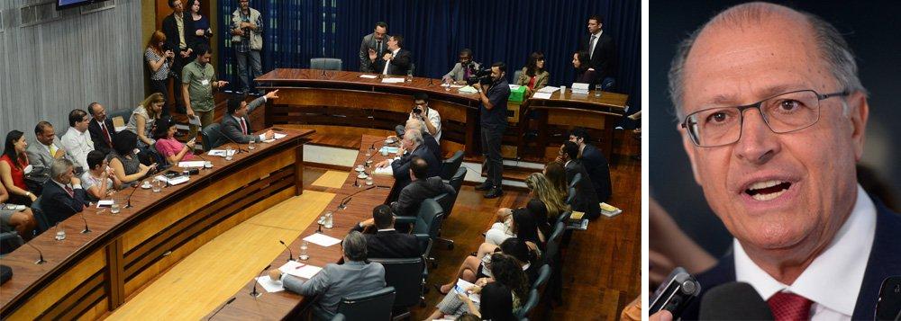 Numa estratégia da base aliada do governador Geraldo Alckmin (PSDB), colegiados na Assembleia Legislativa de São Paulo não funcionam por falta de quorum e disputa política; por outro lado, temas de interesse do governo estadual têm tramitação acelerada