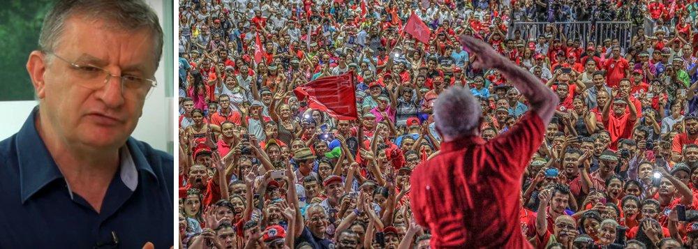 """""""Um PT pós-liderança carismática teria que ser um PT diferente, planejado com antecedência. Não existe partido carismático sem liderança carismática. Não há um novo líder carismático para o PT do futuro próximo. Lula é uma singularidade rara na história dos partidos e dos povos. Sem o planejamento da transição, o caos pode sobrevir ao corpo político - seja ele um partido ou um Estado - quando o líder desaparecer ou quando for gravemente derrotado"""", diz o professor Aldo Fornazieri"""