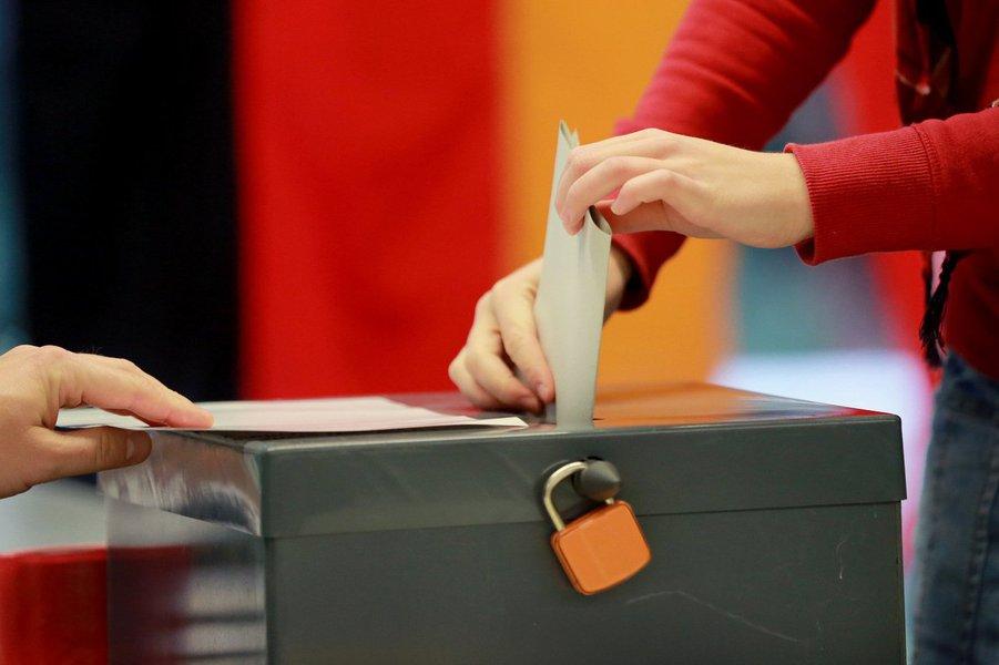 """O comparecimento nas urnas nas eleições nacionais alemãs estava levemente mais baixo às 12 horas (horário local, 7 horas no Brasil), no mesmo horário em comparação com quatro anos atrás, disse o órgão que surpervisiona as eleições do país num comunicado neste domingo; ao meio-dia, 41,1 por cento de eleitores registrados já tinham votado, em comparação com 41,4 por cento em 2013; presidente Frank-Walter Steinmeier alertou os alemães sobre deixar outros decidirem o futuro de seu país ao deixar de votar; """"Talvez nunca tenha estado tão claro que as eleições são sobre o futuro da democracia e da Europa"""", escreveu, em meio a pesquisas mostrando que até um terço dos alemães estava indeciso"""