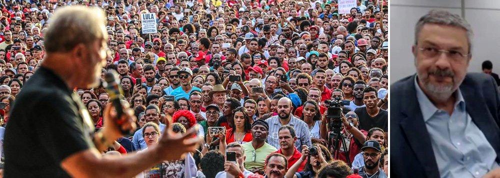 """O ex-presidente Lula afirmou nesta quinta-feira, 7, a interlocutores que manterá sua agenda de viagens pelo País, a despeito do depoimento do ex-ministro Antonio Palocci, no qual acusou Lula de ter feito um """"pacto de sangue"""" com a Odebrecht; ex-ministro Gilberto Carvalho afirma que Lula está bem; """"E disse que, depois desta caravana, nada consegue abatê-lo"""", disse Carvalho; segundo o vice-presidente do PT, Alexandre Padilha, o depoimento não """"mexe em nada em relação ao que estava programado""""; """"Nossa agenda ofensiva é a caravana. Não vamos ficar reféns da agenda do Judiciário"""", afirmou Padilha; agenda política do ex-presidente inclui uma segunda edição da caravana que fez pelo Nordeste, desta vez em Minas; há também a previsão da edição de uma caravana no Pontal do Paranapanema"""