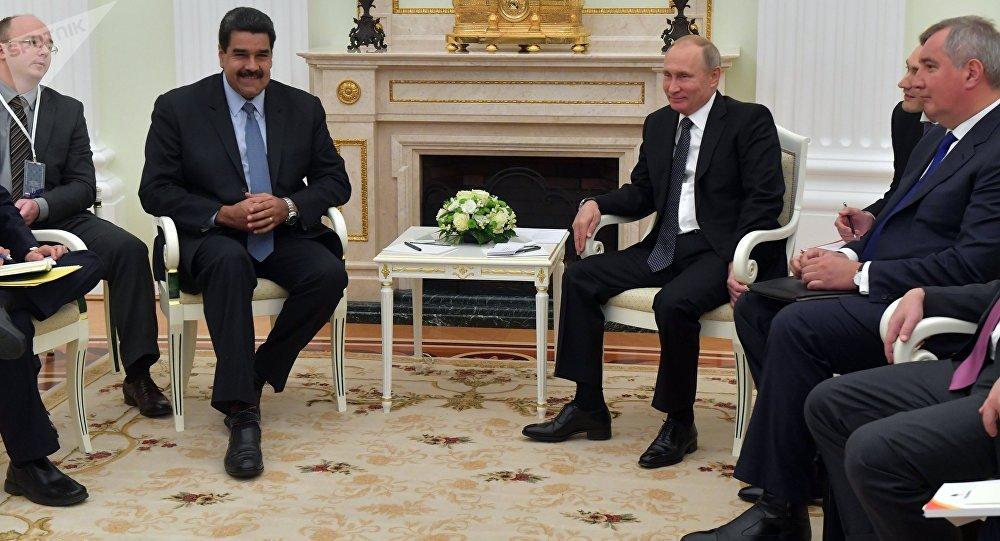 """O analista de assuntos internacionais Basem Tajeldine e o jornalista venezuelano Jordán Rodríguez avaliaram a importância da reunião entre Maduro e o presidente Vladimir Putin na Rússia, em um contexto em que os EUA impõe sanções a ambas as nações; """"O que se revelou na reunião entre os líderes é a continuação da política do comandante Hugo Chávez, quando nos convidou a ver a Rússia e os países do BRIC como um aliado próximo. É uma postura que a Maduro coube viver como chanceler e continuar como presidente"""", disse à Sputnik Mundo o jornalista Jordán Rodríguez"""