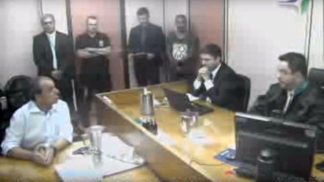 """Pelo fato de o ex-governador Sérgio Cabral (PMDB) ter mencionado que a família do juiz federal Marcelo Bretas é dona de uma empresa de bijuterias, o magistrado determinou a transferência do político para um presídio federal; advogado Rodrigo Roca, que defende Cabral, considerou a decisão """"arbitrária e ilegal""""; para o jurista Lenio Streck, colunista da ConJur, Cabral se portou de forma inadequada, mas isso não justifica a sua transferência para presídio federal: """"Foi como se o juiz tivesse levado para o lado pessoal""""; além disso, Streck entende que Bretas pode ser considerado impedido ou suspeito para determinar tal ato"""