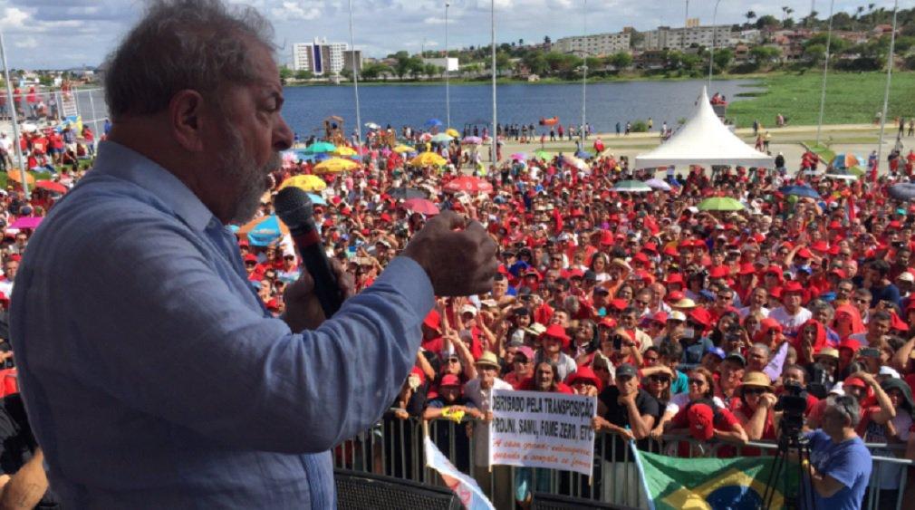 """A caravana do ex-presidente Lula pelo Brasil encerrou na manhã deste domingo em Campina Grande sua passagem pela Paraíba; na segunda-feira, a comitiva segue para Mossoró, completando a visita por 18 municípios em seis estados: Bahia (quatro cidades), Sergipe (cinco), Alagoas (três), Pernambuco (duas), Paraíba (duas) e Rio Grande do Norte (duas); """"Quero dizer a vocês que tem prova no meu processo. Tem prova da minha inocência""""; segundo ele, o que está sendo julgado é o fato de seu governo ter apostado no fortalecimento das empresas públicas e do Estado como ferramentas de desenvolvimento"""