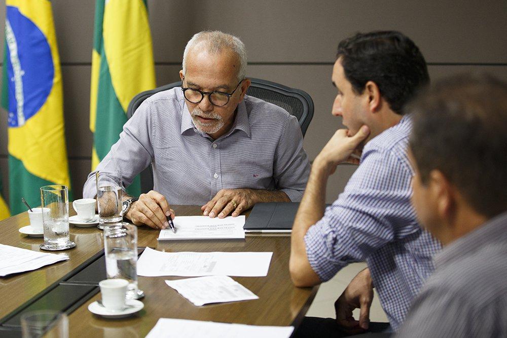 """O prefeito de Aracaju, Edvaldo Nogueira (PCdoB) esclareceu nesta segunda-feira (18) o decreto revogando o aumento de 30% no IPTU e o desconto de 15% no valor venal dos imóveis da capital sergipana; """"A ideia éreduzir a exorbitância dos aumentos anteriores aplicados pela gestão passada e fazer justiça fiscal"""", explicou Edvaldo"""