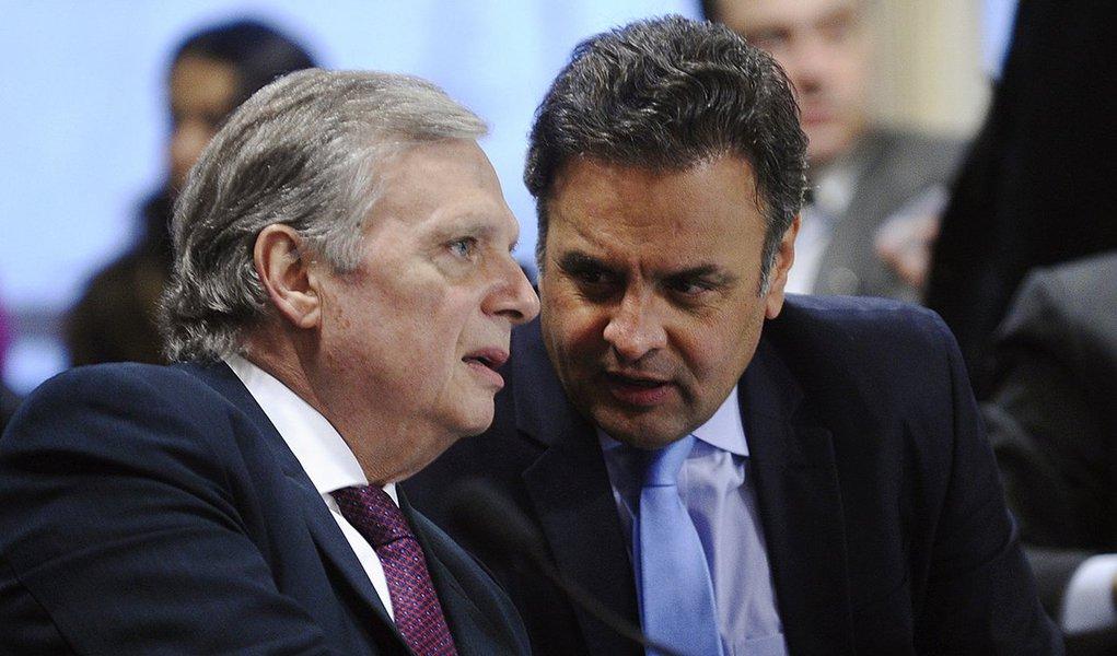 O senador Tasso Jereissati (PSDB-CE) continua pressionando para que o senador Aécio Neves (MG) deixe a presidência do partido; para os tucanos, Aécio continuar no comando da legenda desgasta a imagem do partido para 2018; o mineiro prometeu apresentar uma solução até a próxima terça-feira (24); os dirigentes do partido enxergam o risco de que Aécio continue adiando essa decisão