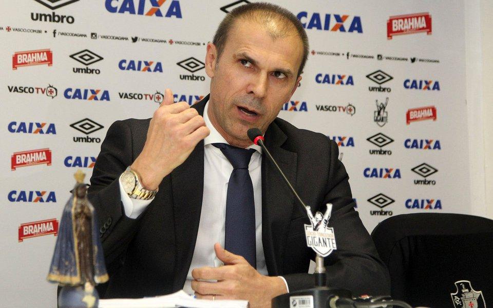 Técnico Milton Mendes foi demitido pelo Vasco logo após retornar de Salvador, onde o time foi derrotado pelo Bahia por 3x0 no domingo (20), pela 21ª rodada da Série A. O time caiu para o 16º lugar no Campeonato Brasileiro, com 25 pontos, ficando a dois da zona de rebaixamento e à frente apenas do São Paulo (17º), com 23; Vitória, (18º), 22; Avaí (19º), 22 e Atlético GO (20º), 15 pontos; Mendes completaria cinco meses de trabalho no clube nesta segunda-feira (21); auxiliar Valdir Bigode dirige o time até a contratação de novo técnico