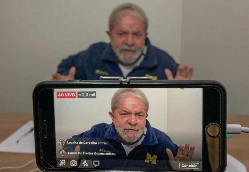 """Em entrevista a rádio de Belo Horizonte nesta manhã, pouco depois de anunciar uma nova caravana em Minas Gerais, o ex-presidente disse que há três anos tentam lhe destruir; """"Tenho mais de 60 capas de revistas e mais de 25 horas de Jornal Nacional contra mim"""", destacou; """"Me dão tiro de canhão todo dia e estou vivo. Deram um tiro de garrucha no Aécio e ele não aguentou"""", ironizou; Lula disse querer """"cuidar da soberania do país""""; """"Esse país não pode ser vendido"""", defendeu, em crítica às privatizações do governo Temer; ele também fez críticas à Lava Jato; """"A Polícia Federal e o Ministério Público da Lava Jato mentiram. Eles que têm que se explicar e pedir desculpas por destruir a indústria.Espero que eles tenham vergonha e peçam desculpas à sociedade brasileira pelo estrago"""""""