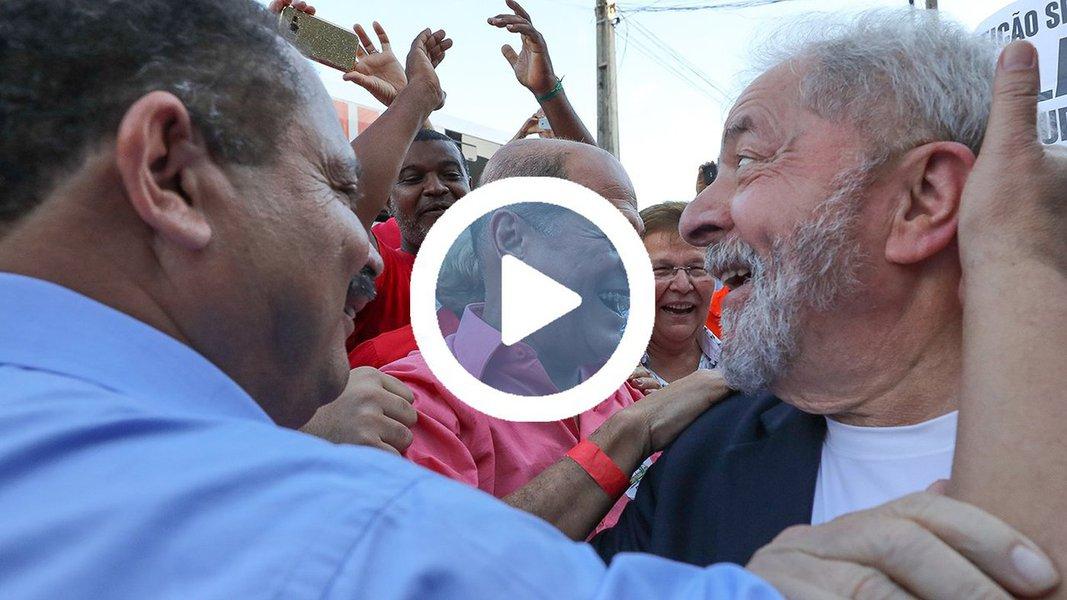 """Na chegada a Salvador, onde iniciou sua caravana de quatro mil quilômetros pelos nove estados da região Nordeste, o ex-presidente Lula foi recebido com festa pela população baiana; multidão gritava """"Olê, olê, olê , olá, Lula, Lula"""" em demonstração de apoio a Lula;junto com o governador da Bahia, Rui Costa, e dezenas de líderes, Lula participou de visita às obras da linha 2 do metrô"""
