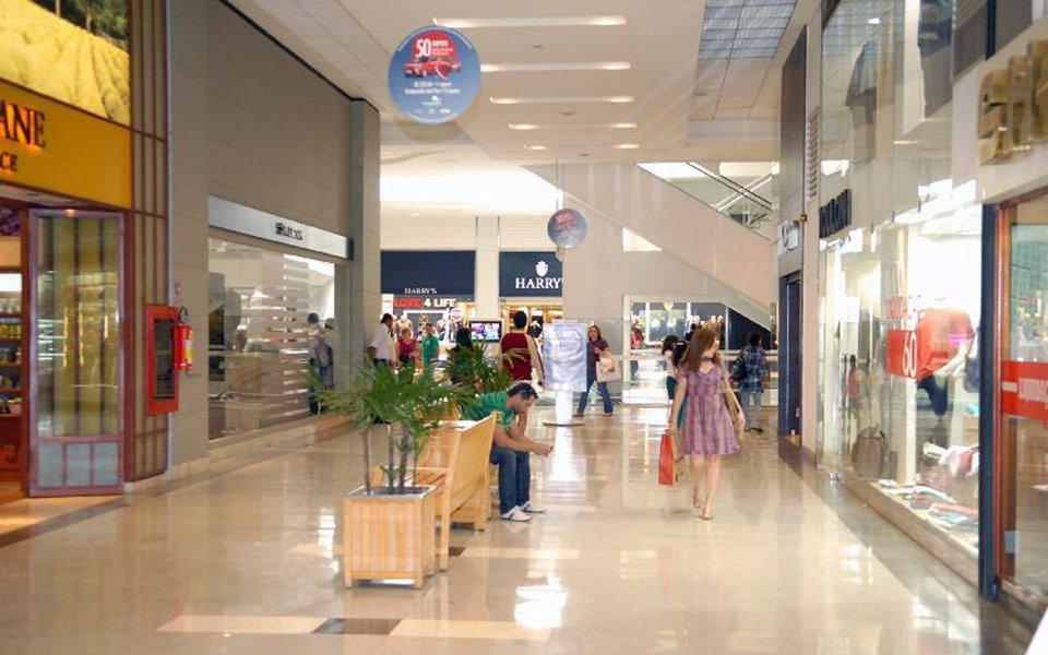 Vendas no varejo brasileiro recuaram 0,5% em agosto na comparação com o mês anterior e subiram 3,6% sobre um ano antes, segundo dadps do Instituto Brasileiro de Geografia e Estatística (IBGE)