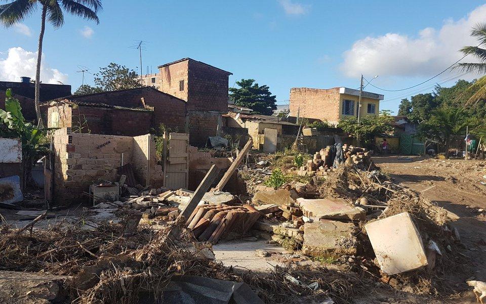 De dez locais pesquisados pelo Instituto de Pesquisa Econômica Aplicada (Ipea) para a construção do novo Atlas da Vulnerabilidade Social, quatro apresentaram aumento do índice; capital pernambucana e seu entorno dispararam e estavam 16,3% mais vulneráveis em 2015 do que em 2011; piora no índice foi bem maior do que ouras capitais que também tiveram índices de vulnerabilidade pior em 2015, como São Paulo (2,4%), Fortaleza (3,9%) e Porto Alegre (0,4%)